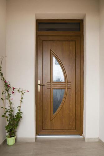Aranytölgy színű műanyag bejárati ajtó
