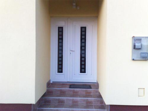 Fehér színű műanyag bejárati ajtó